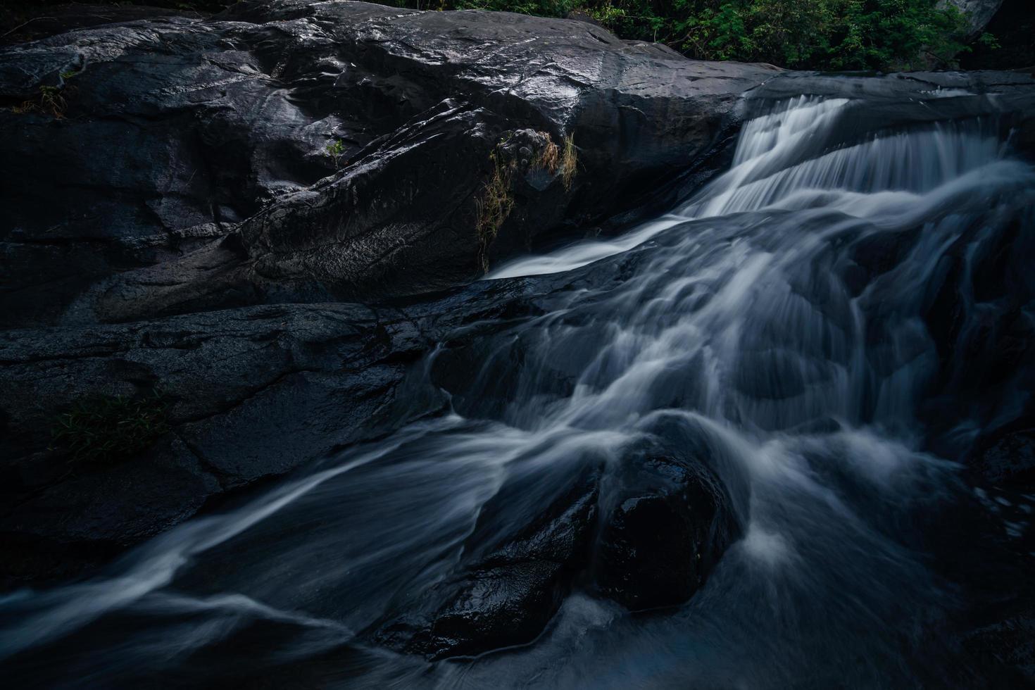 Cascada khlong pla kang en tailandia foto