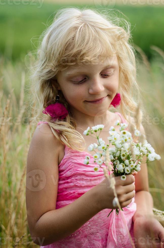 niña sosteniendo ramo de flores foto