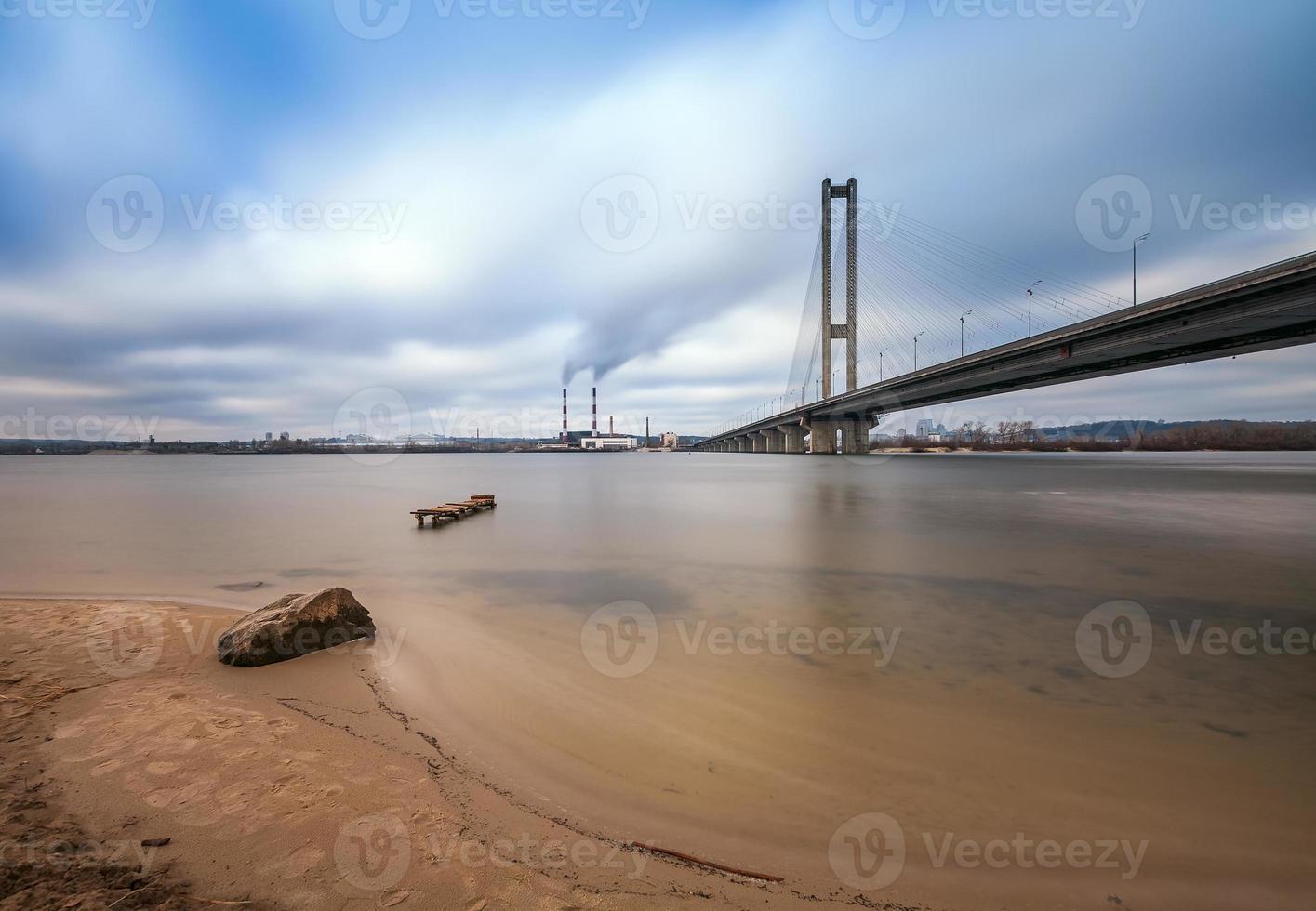 ponte sul da cidade de kiev de manhã. Ucrânia. foto