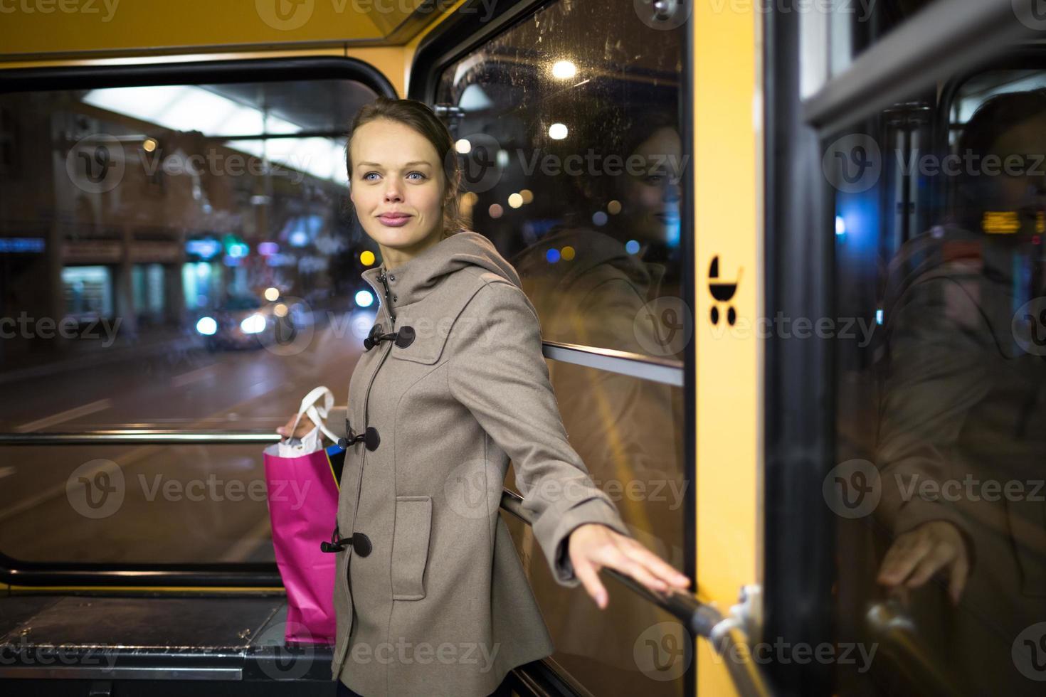 mujer bonita y joven en un tranvía / tranvía foto