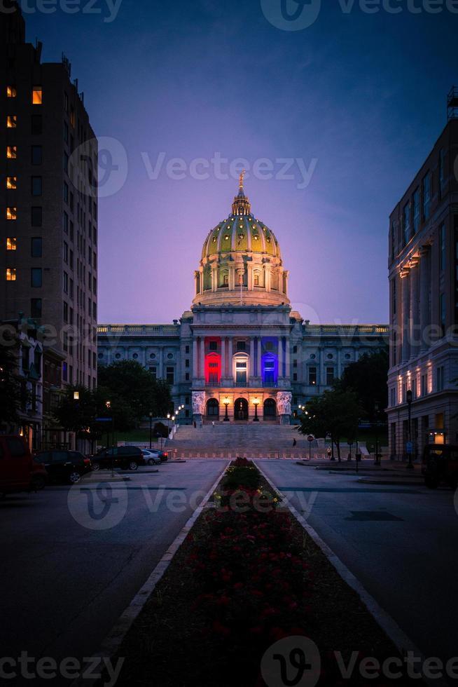 Edificio captiol del estado de Pensilvania en la noche foto