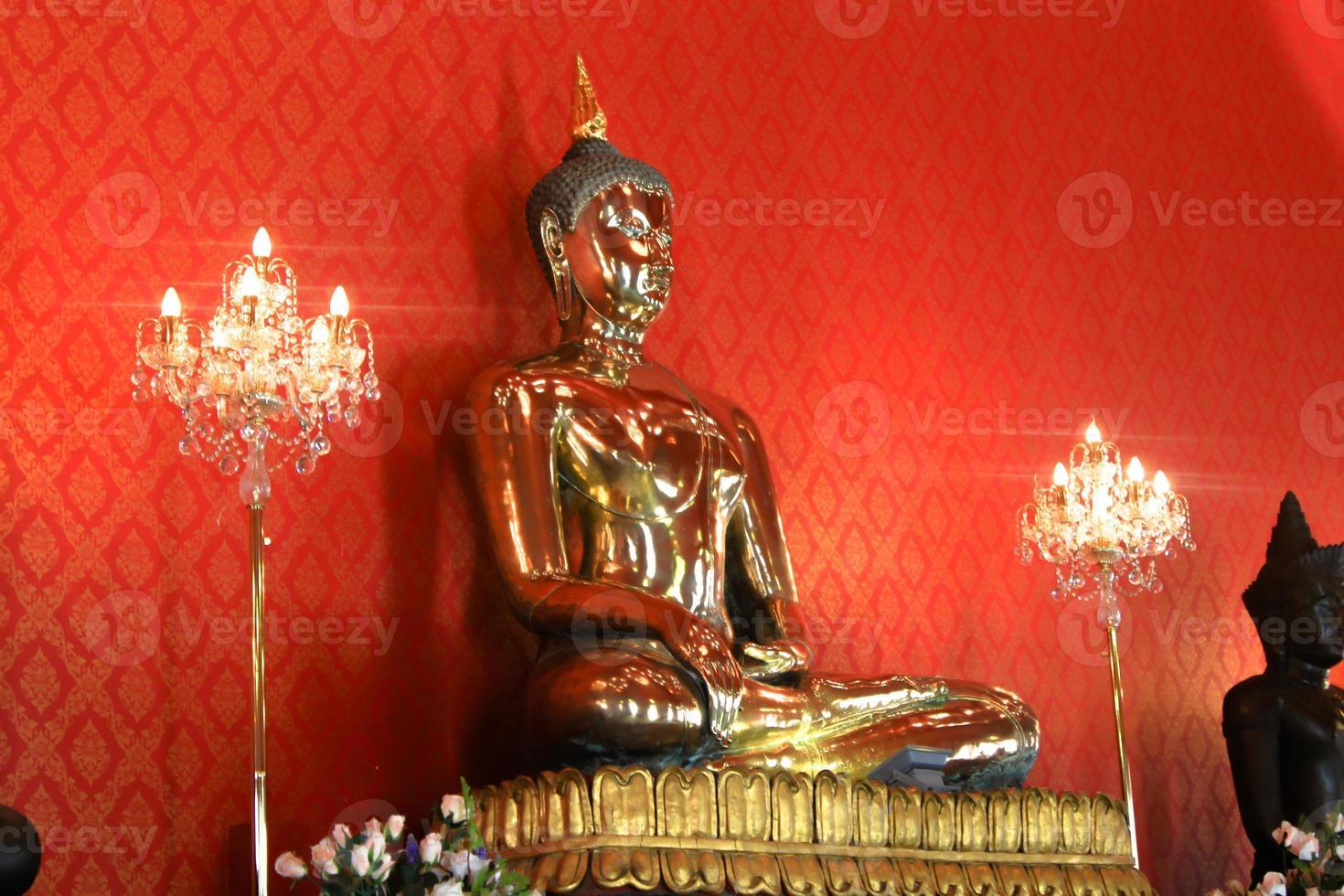 grande imagem de Buda dourado no templo de Banguecoque foto