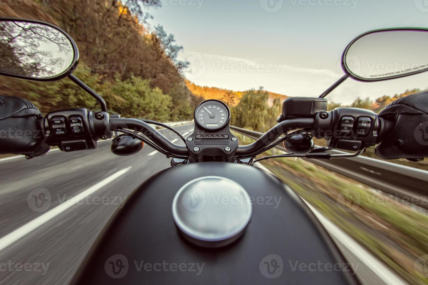 la vista sobre el manillar de la motocicleta foto