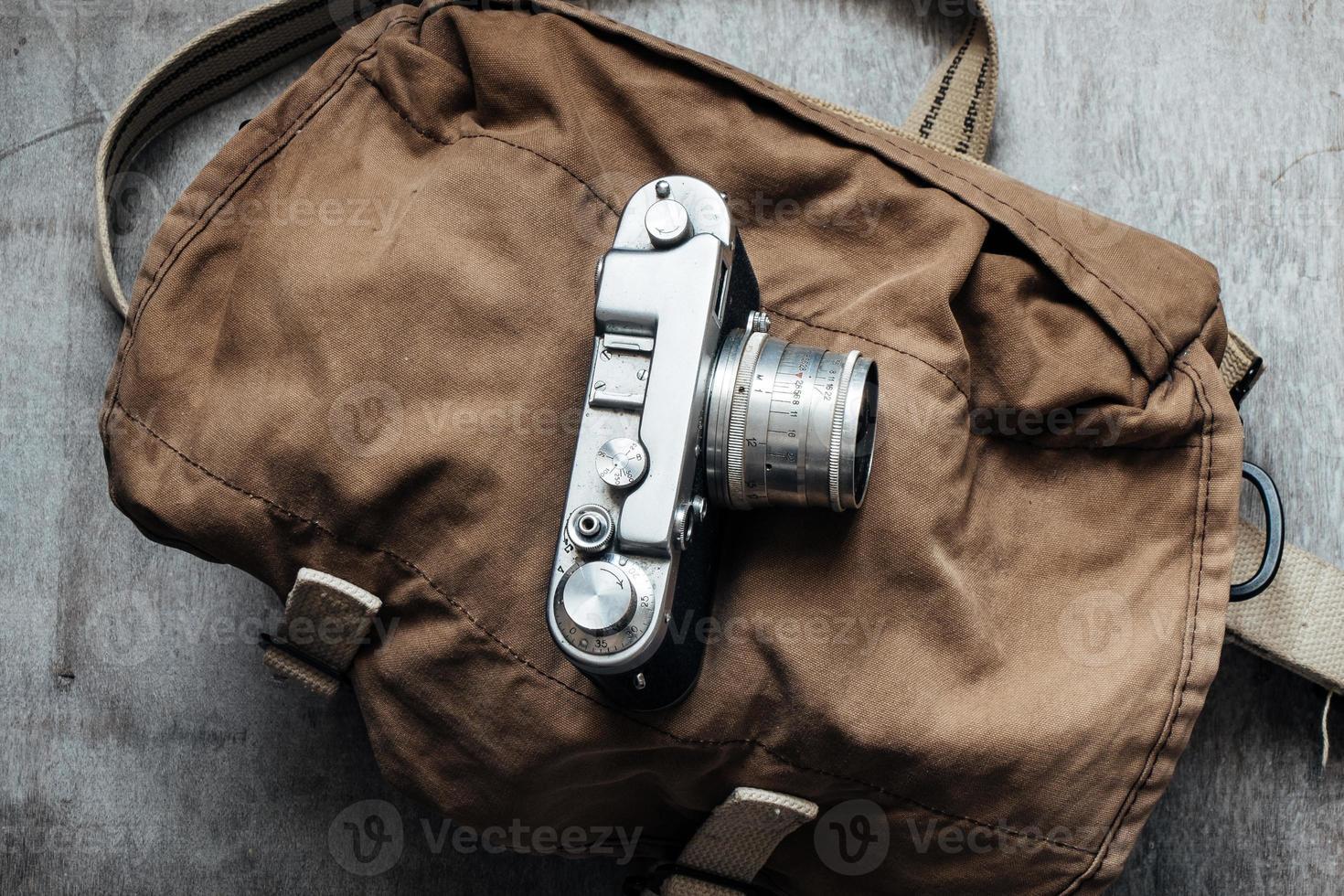 Cámara vieja en la bolsa, componente de diseño de foto vintage grunge