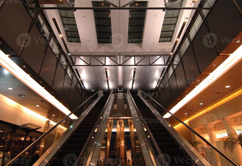 escadas rolantes no aeroporto foto