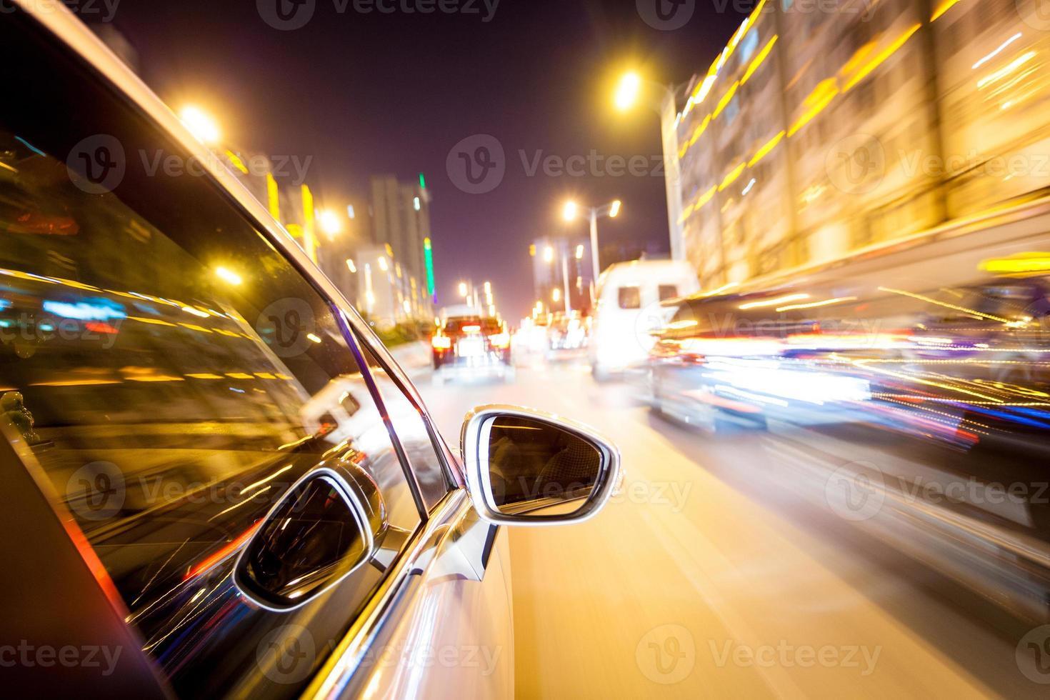 paseo nocturno sonrojado en movimiento foto