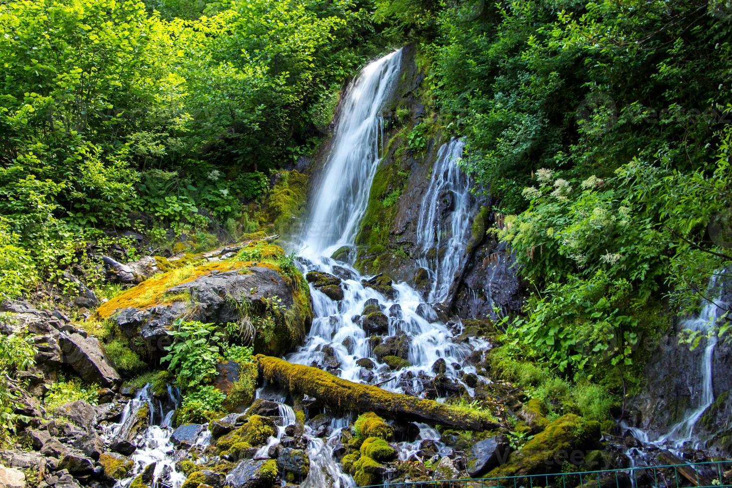foto de cascada en montañas verdes