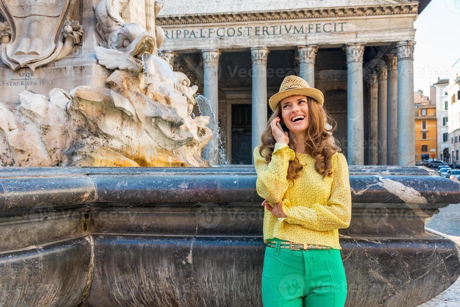 Mujer joven hablando por teléfono celular cerca del Panteón en Roma, Italia foto