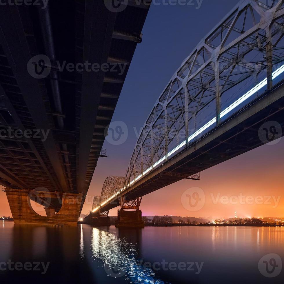 ponte ferroviária em kiev à noite. Ucrânia. foto