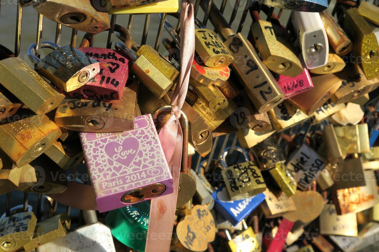 love locks em pont des arts, paris, frança foto