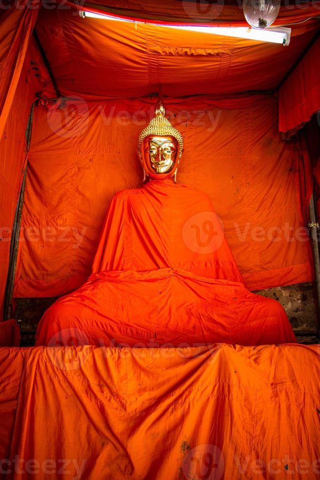 Buda dourado coberto com amarelo açafrão foto