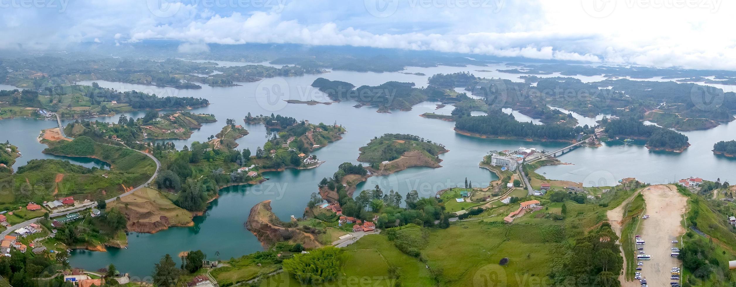 Vista aérea de guatape en antioquia, colombia foto