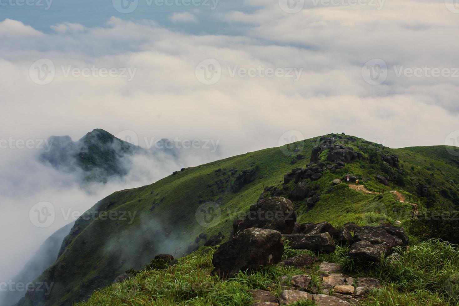 mar de nubes a lo largo de las montañas (sendero lantau, hong kong) foto