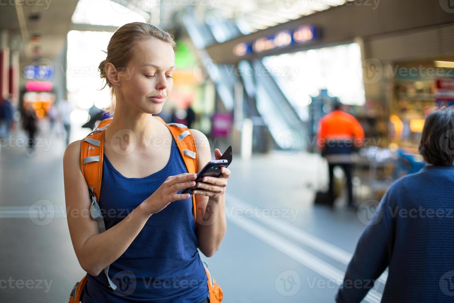 mujer joven y bonita en una estación de tren foto