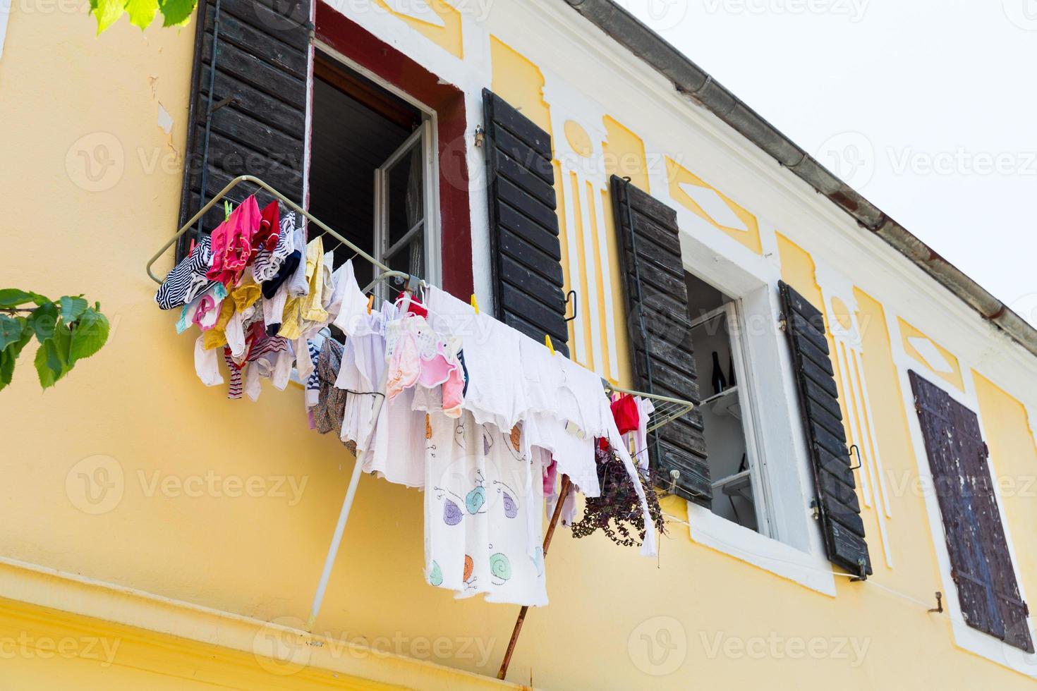 Secado de ropa en la calle angosta de Montenegro foto