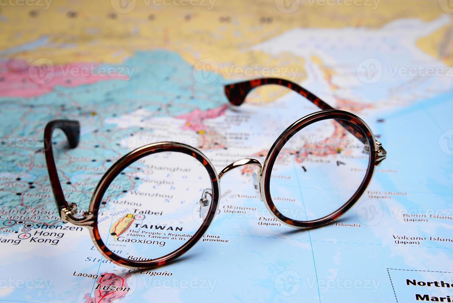Gafas en un mapa de Asia - Taibei foto