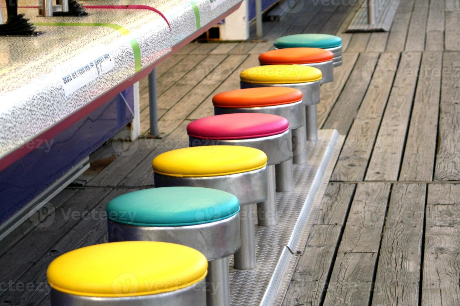 bancos de jogo coloridos foto