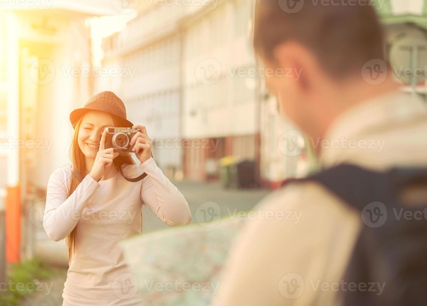 pareja turística mirando el mapa en las calles de la ciudad foto