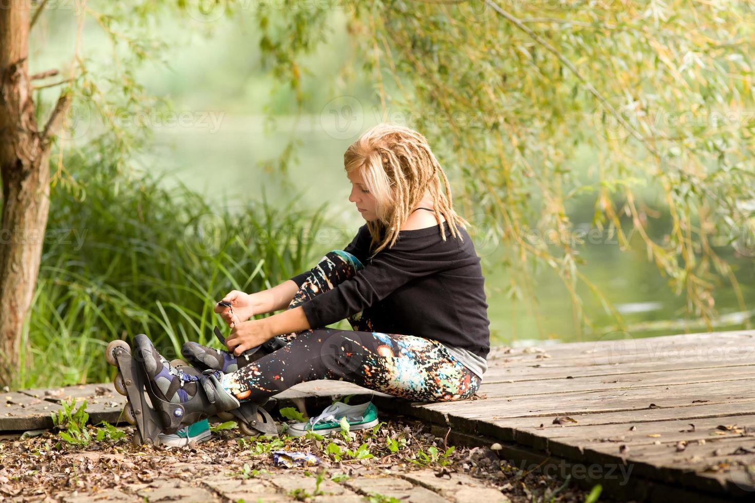 menina com patins foto
