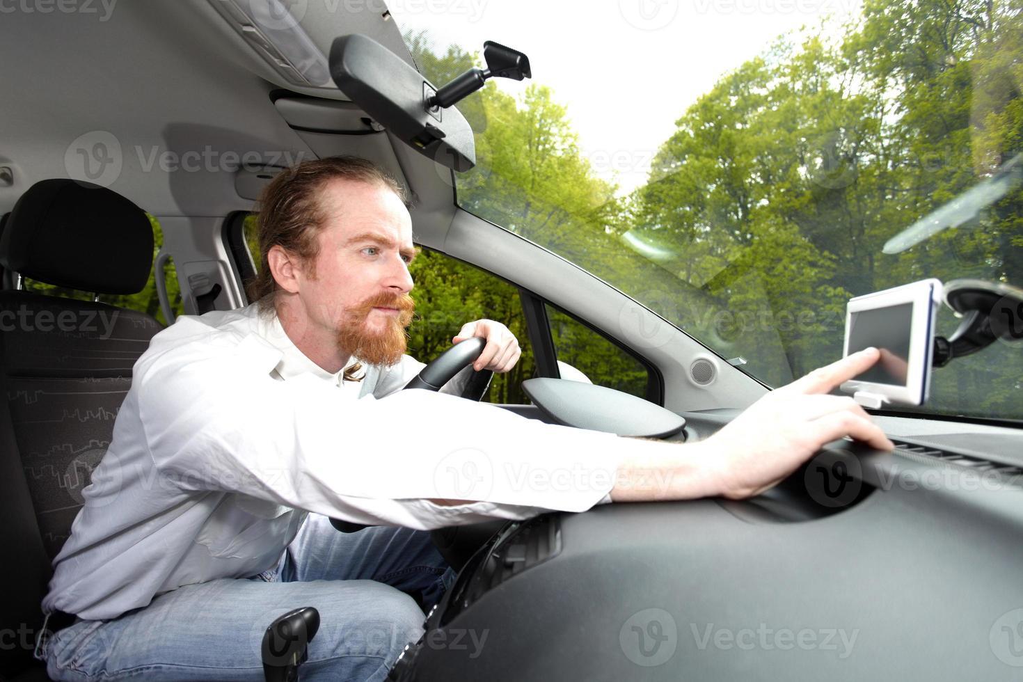 conductor que usa la navegación gps de una manera foto