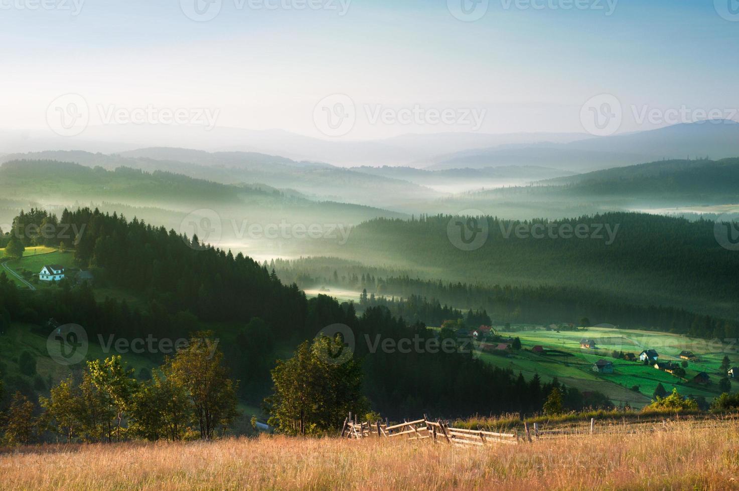 pintoresca mañana brumosa en el paisaje de las montañas foto