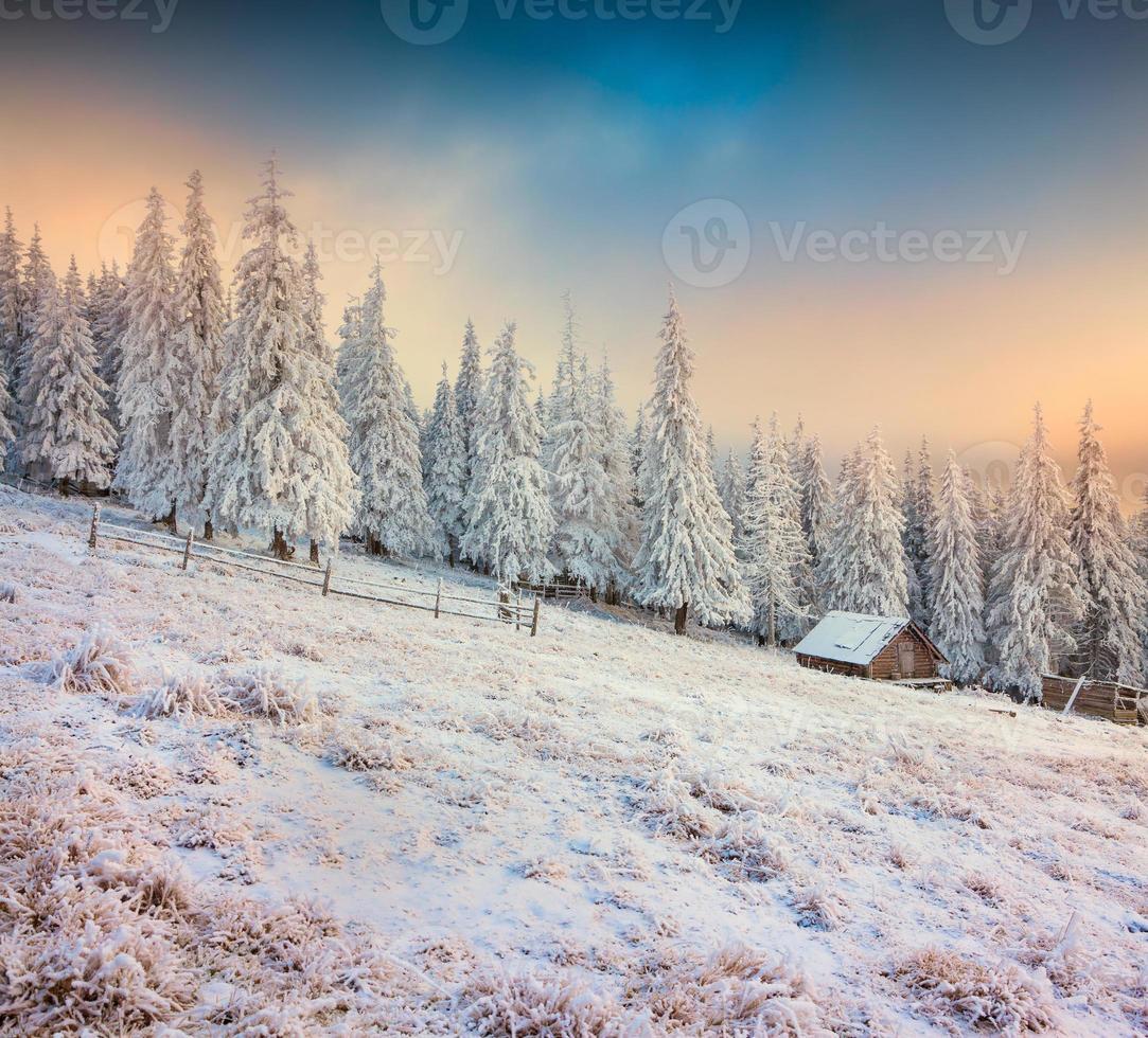 antiga fazenda nas montanhas. manhã colorida de inverno. foto