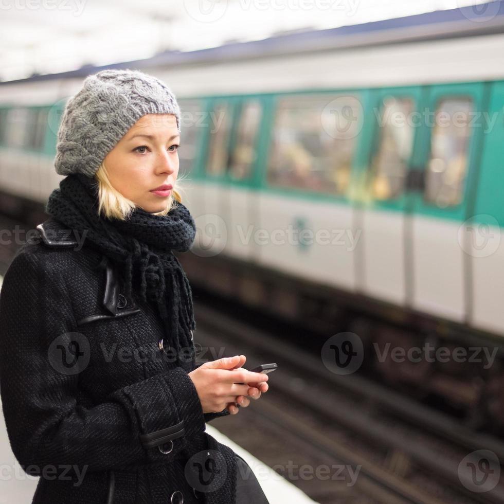 mulher em uma estação de metrô. foto