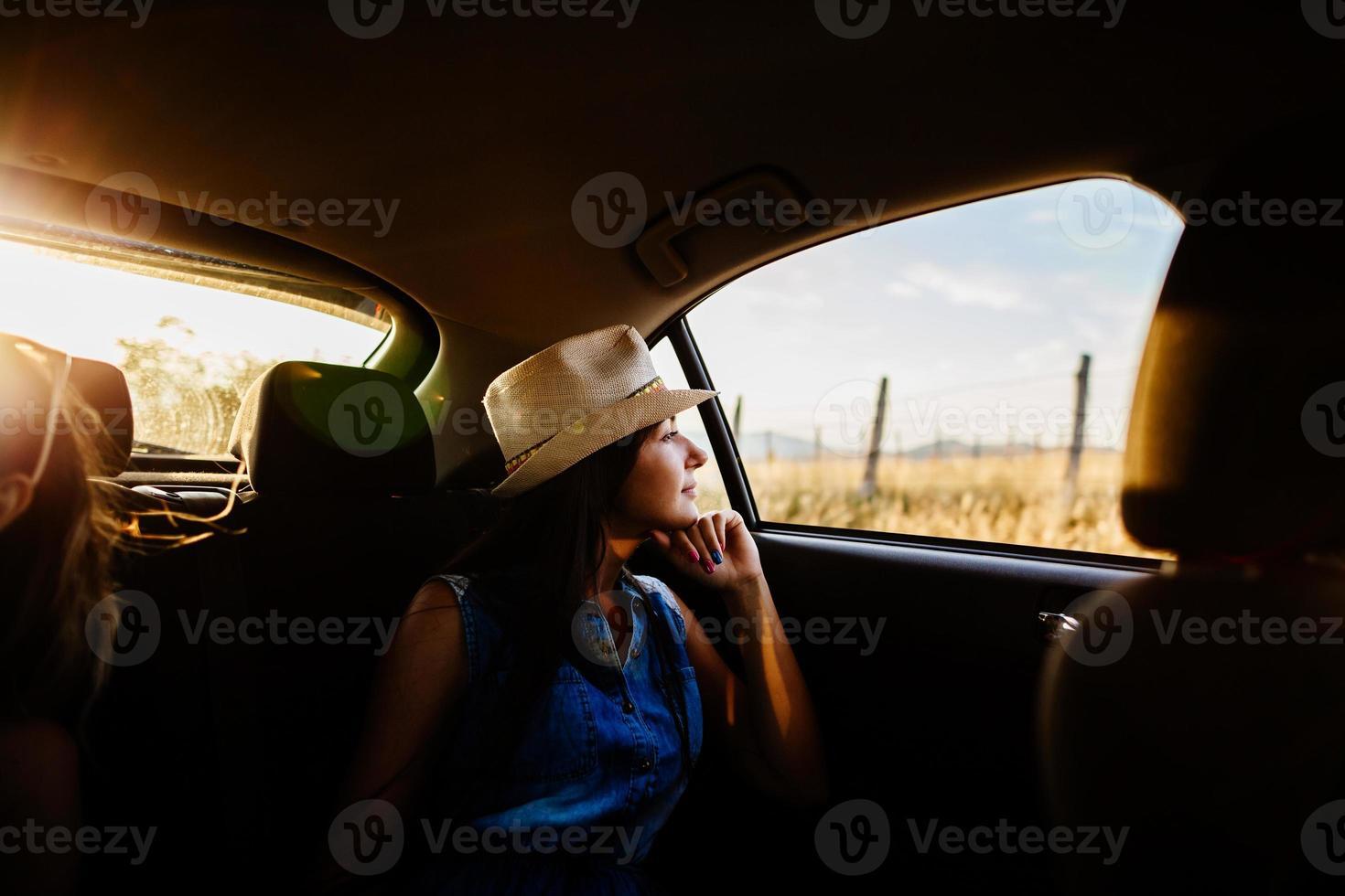 mujer viaja en coche con luz solar y pintoresca foto