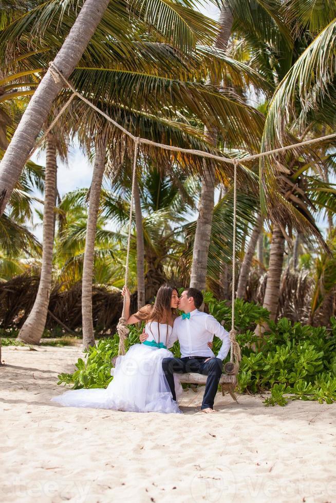 jovem casal apaixonado no balanço foto