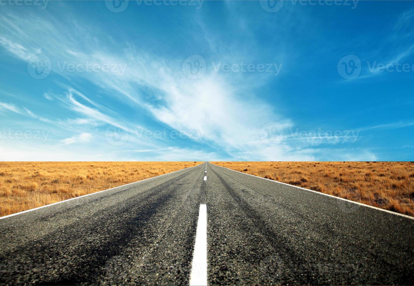 Carretera asfaltada recta vacía foto