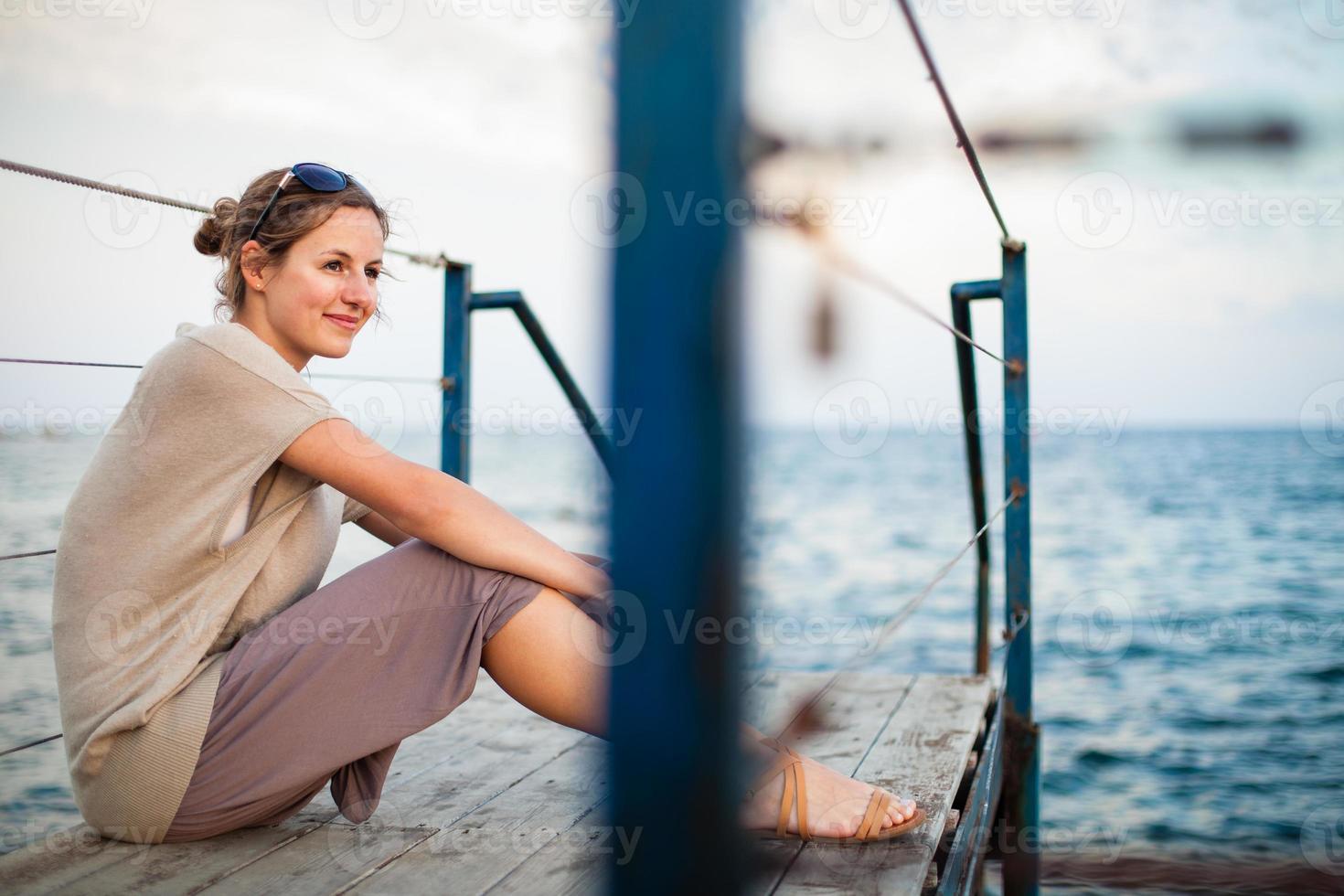 jovem no litoral foto