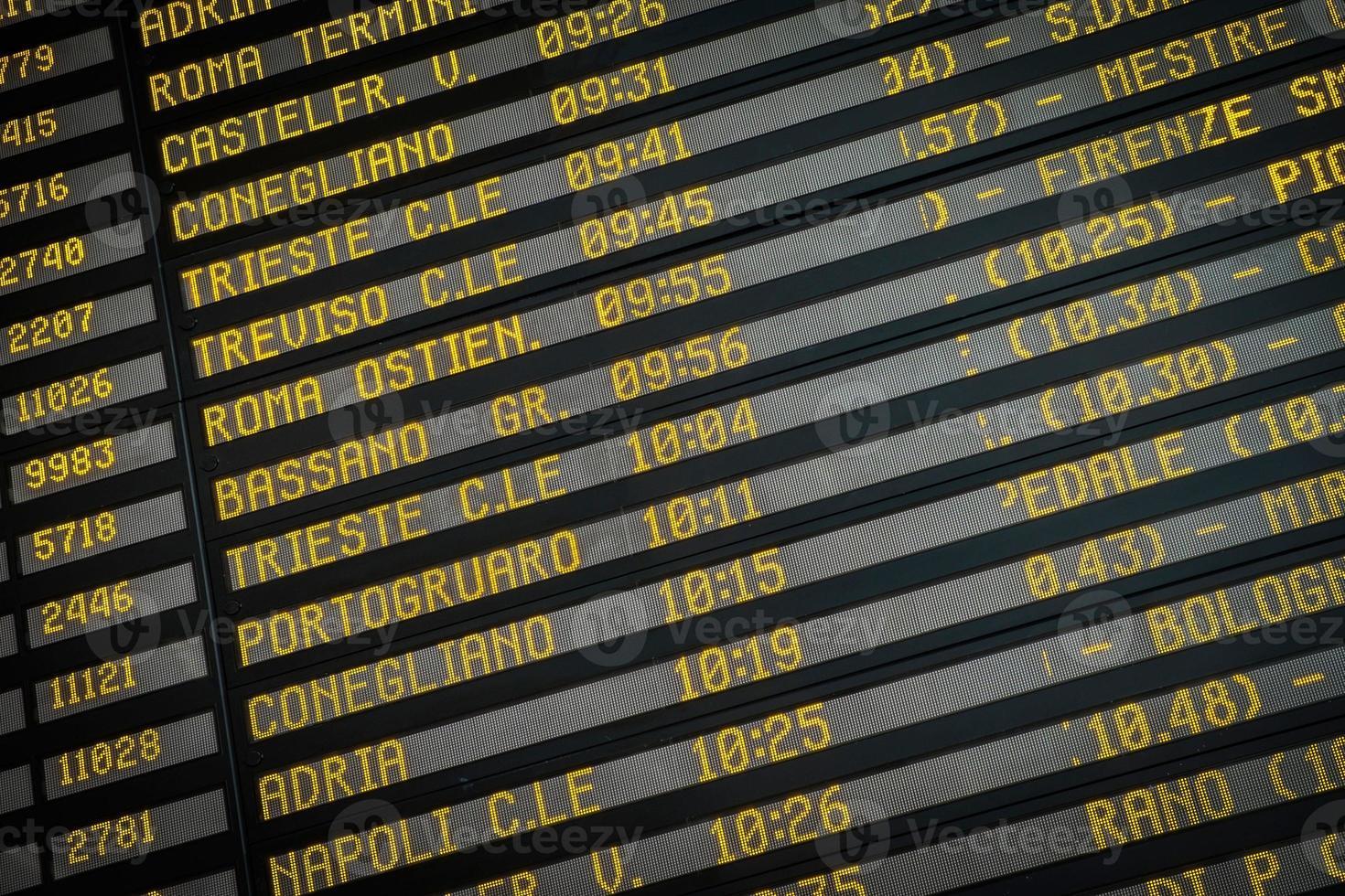 placa de embarque na estação ferroviária em veneza, itália foto
