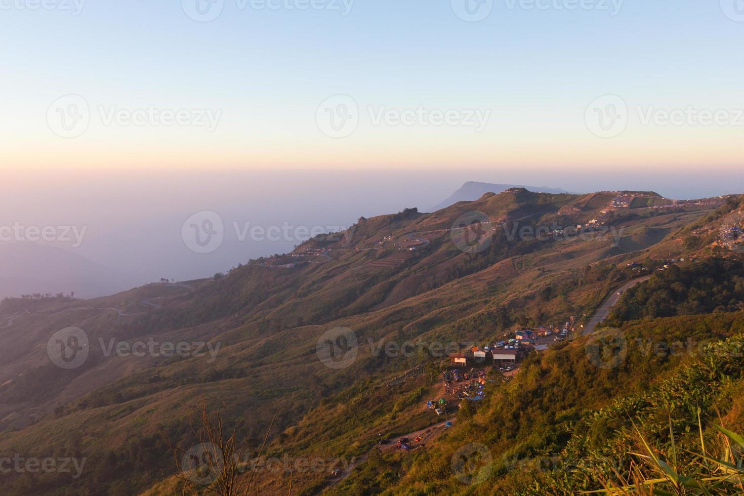 cena do nascer do sol e a estrada sinuosa montanha acima foto
