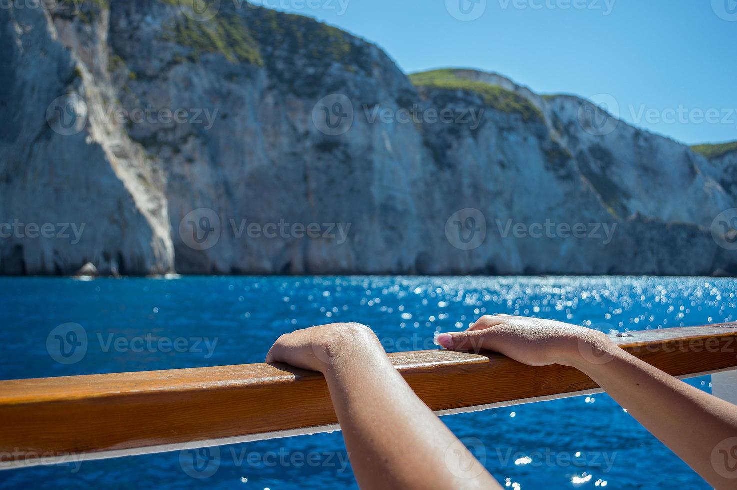 lindas mãos femininas no convés do navio foto