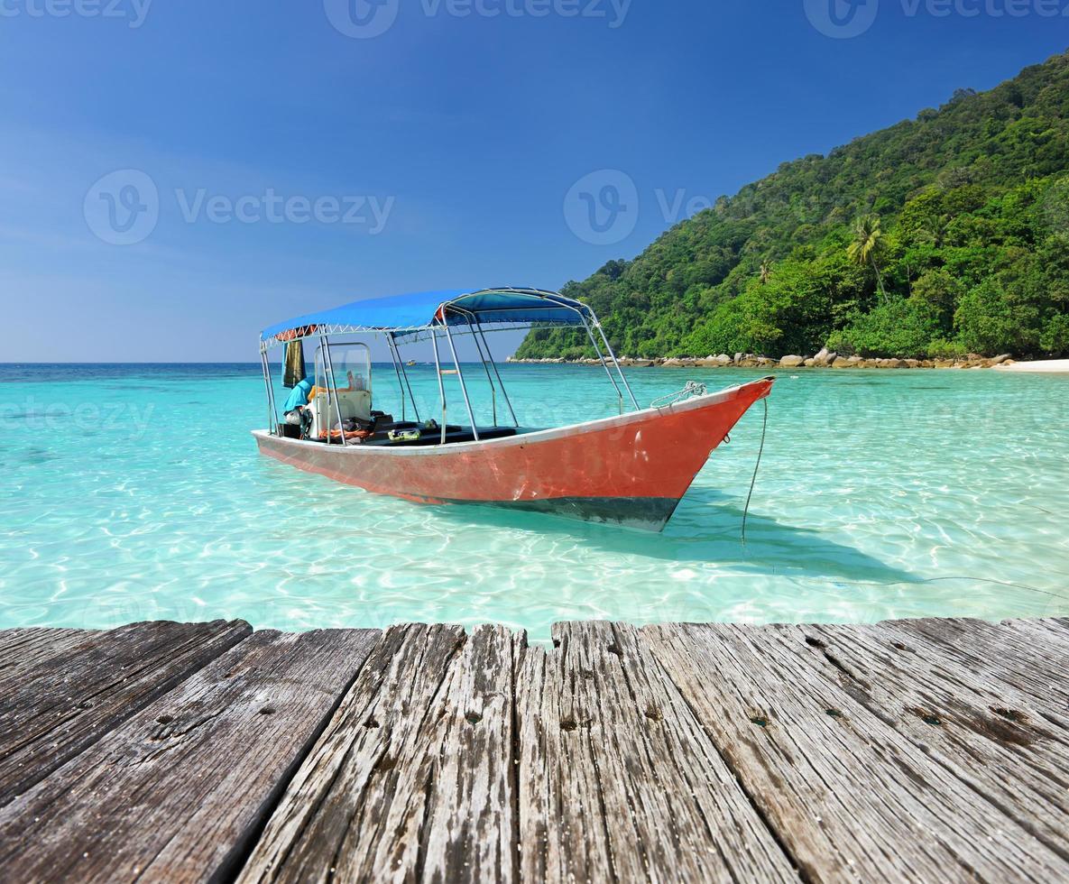 linda praia com barco a motor foto