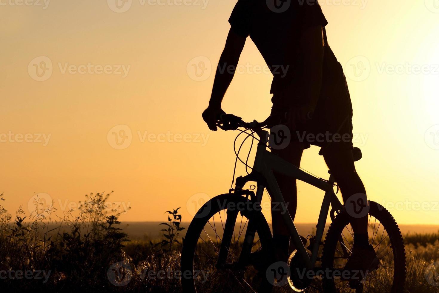 menino de bicicleta no campo foto