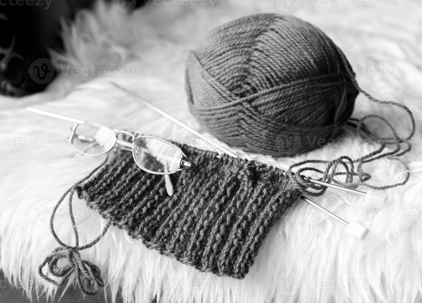 tejer en casa en blanco y negro foto