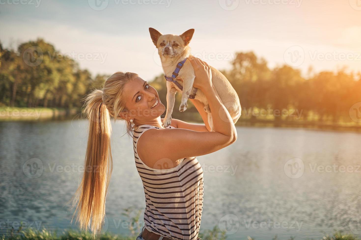 chica rubia y chihuahua foto