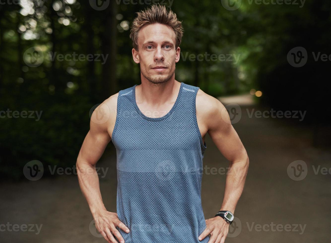 hombre atlético en el parque con las manos en la cintura foto