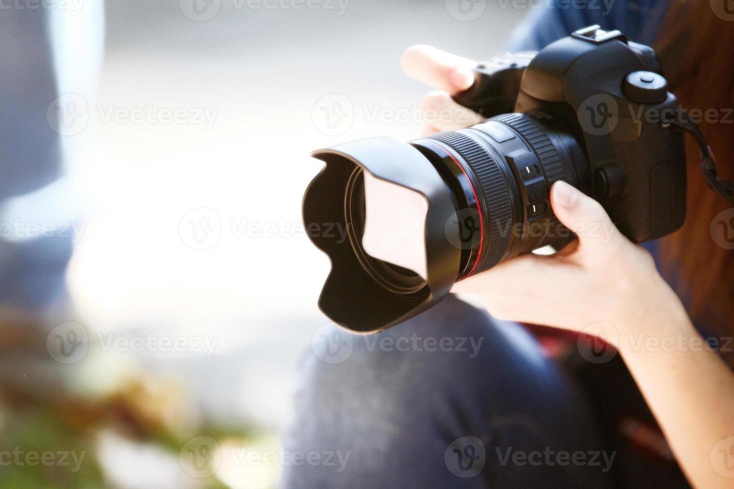 sosteniendo una cámara de fotograma completo. foto