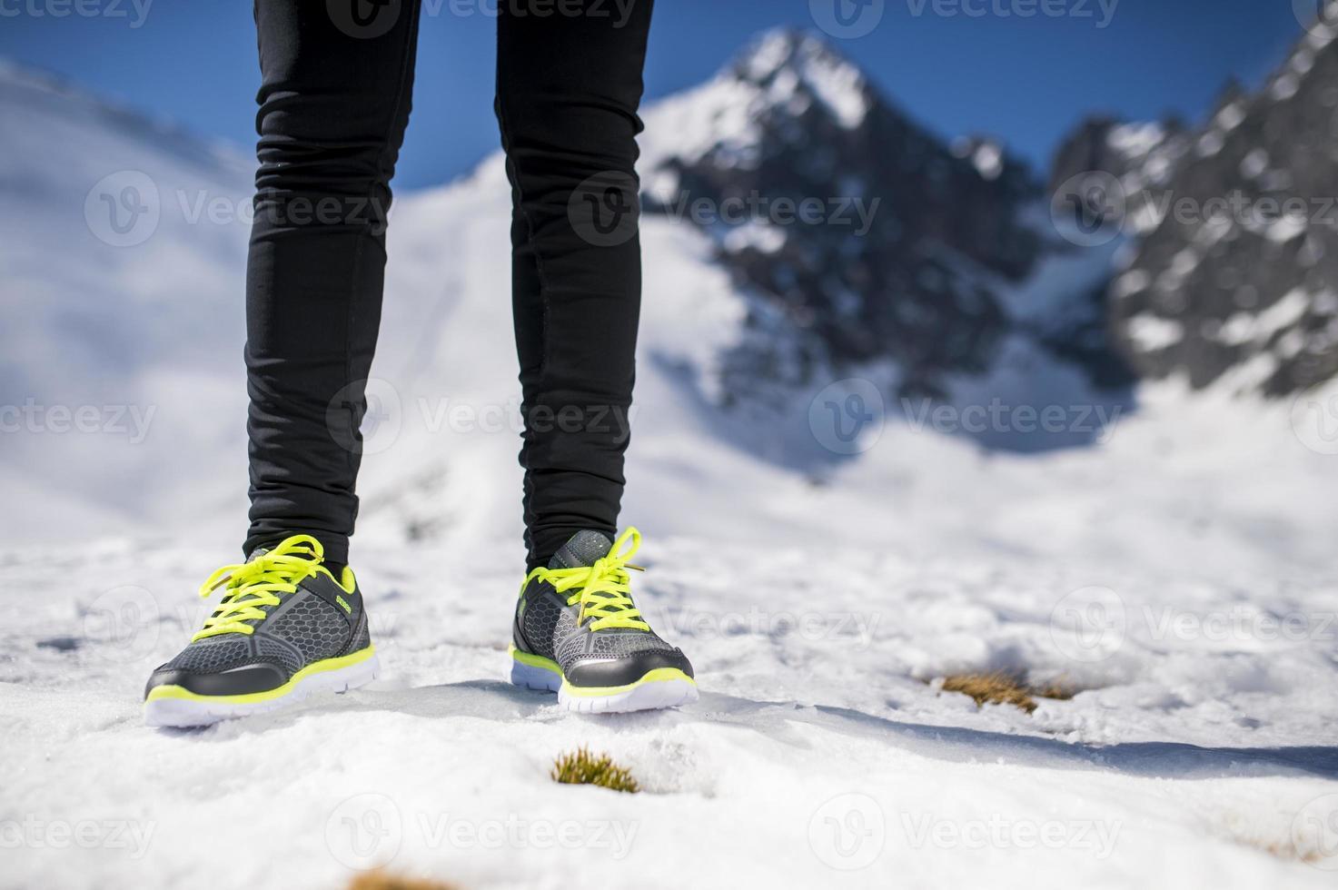 piernas de un corredor joven foto