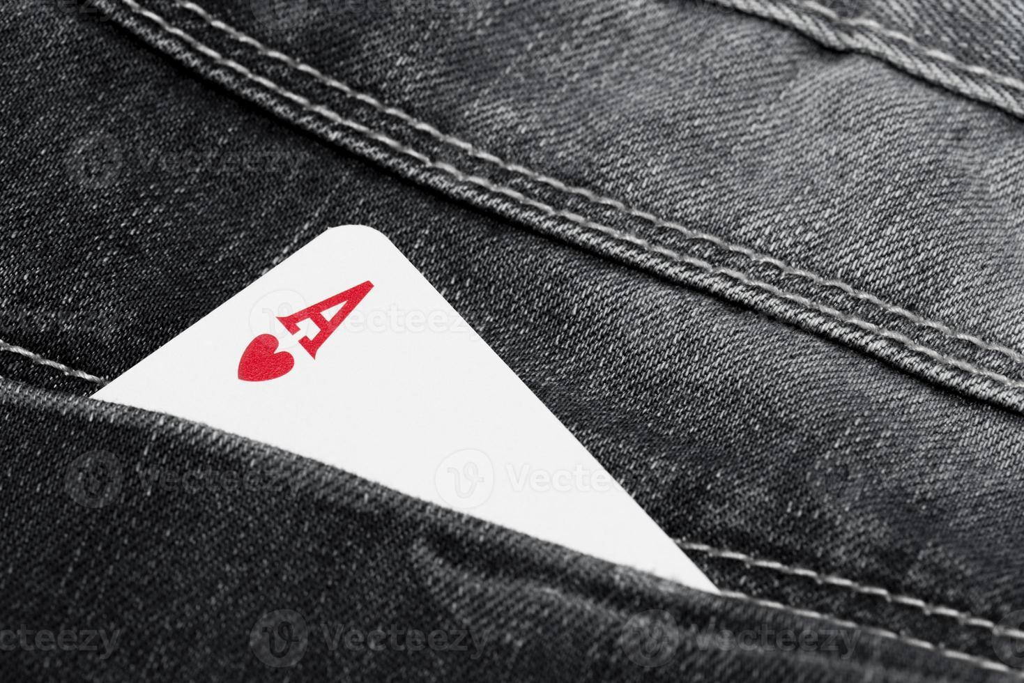as de corazones en el bolsillo de los jeans foto