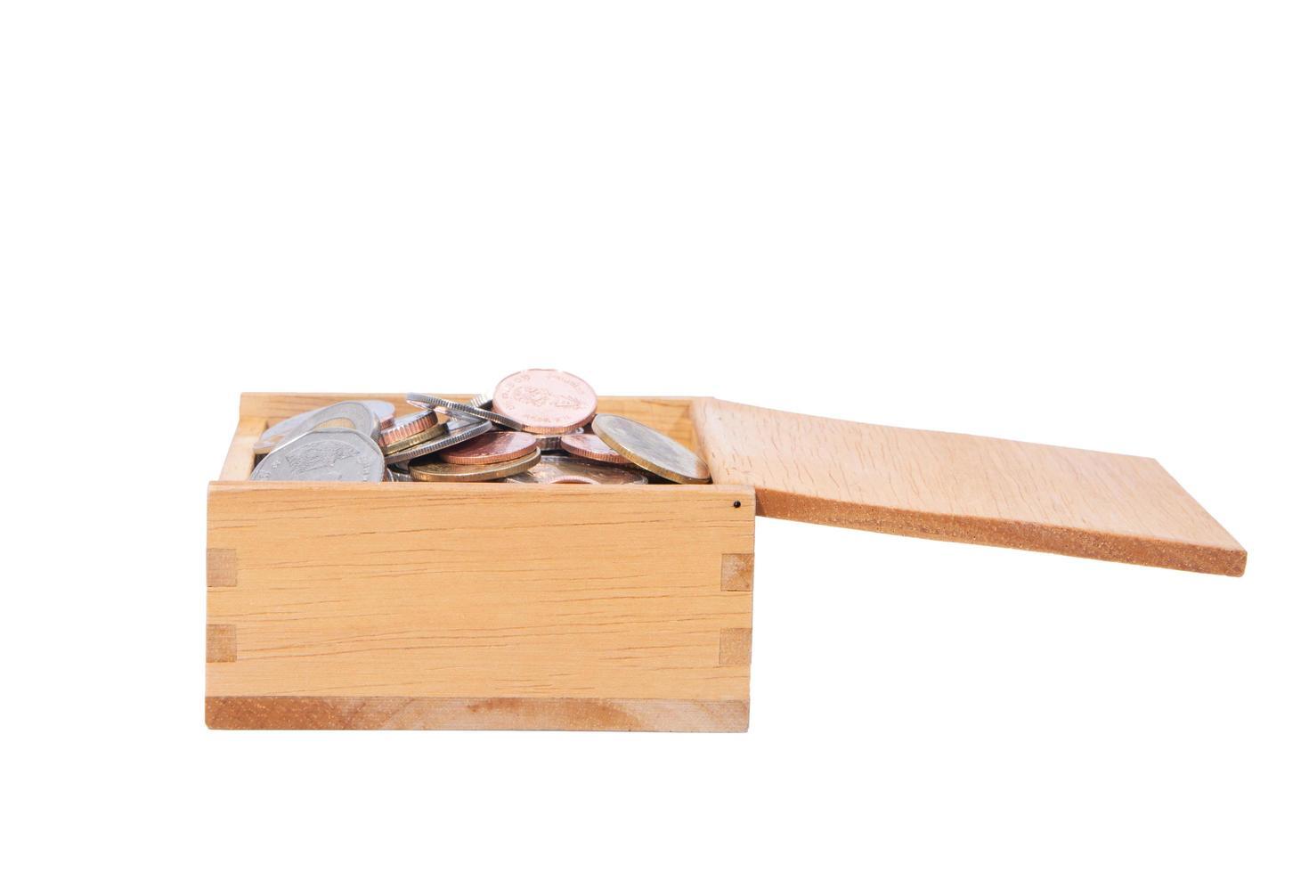 monedas en una caja de madera foto