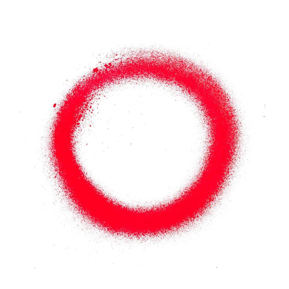 Textura de pintura en aerosol rojo brillante sobre fondo blanco. foto