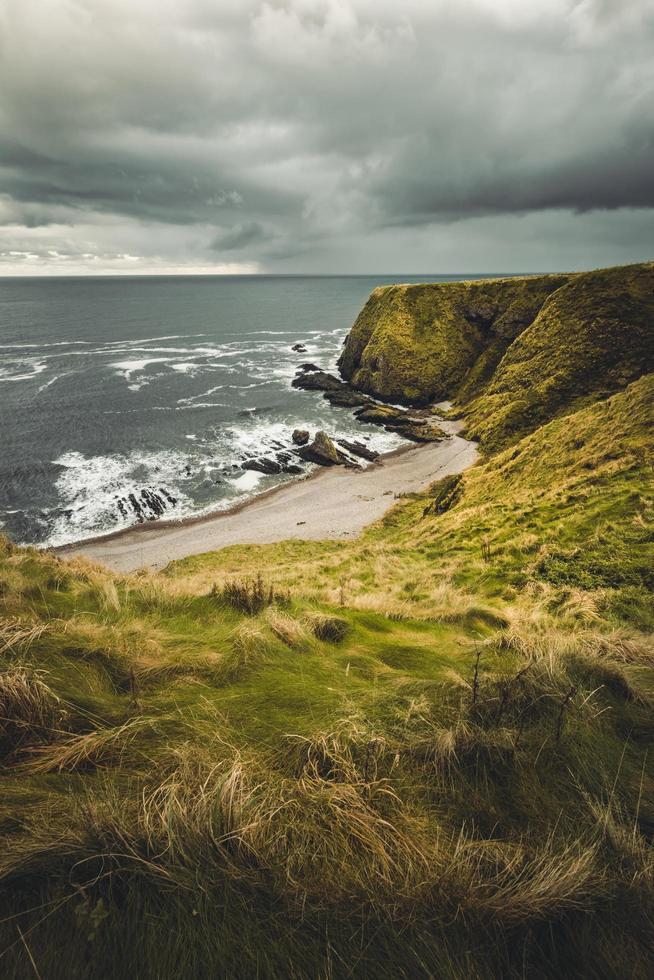 cordillera y orilla del mar durante el día. foto