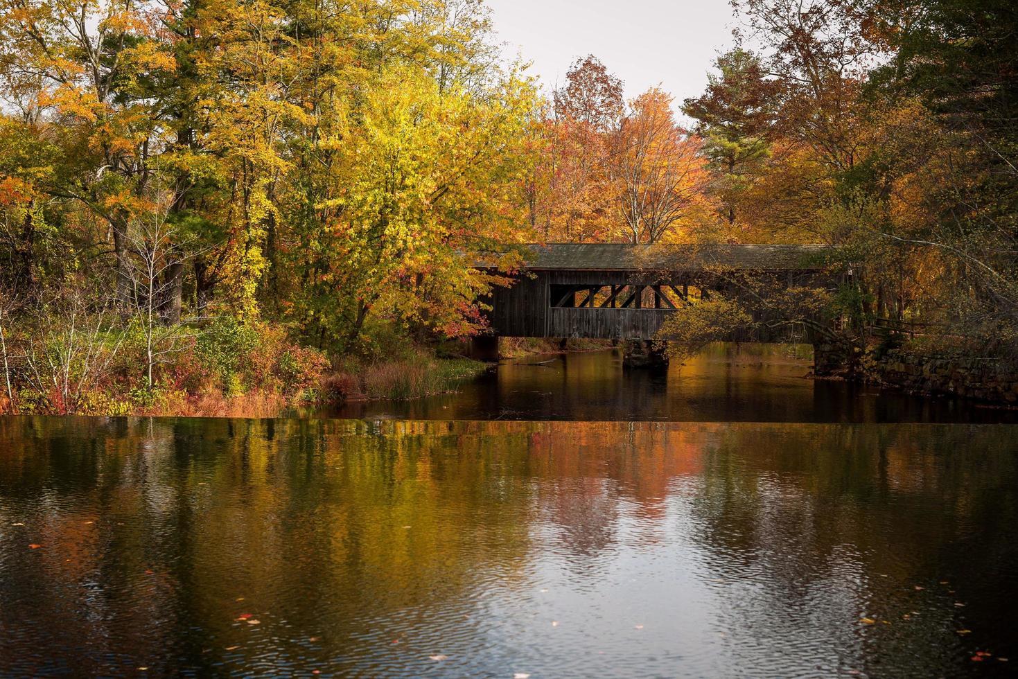 puente cubierto de nueva inglaterra foto
