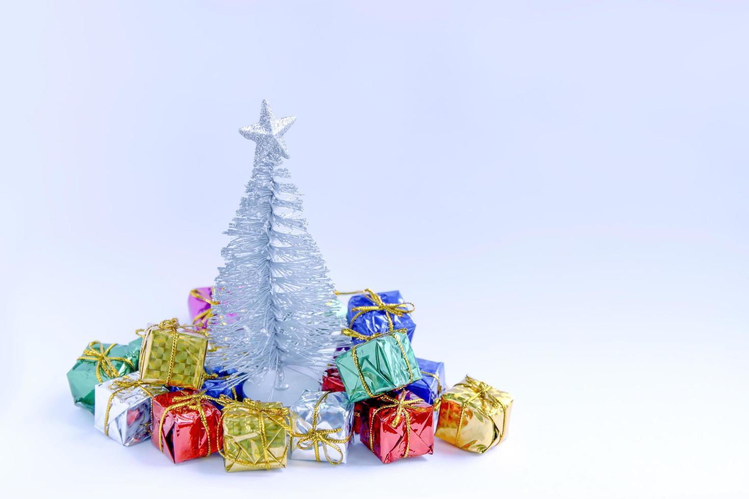 árbol de navidad con regalos coloridos foto