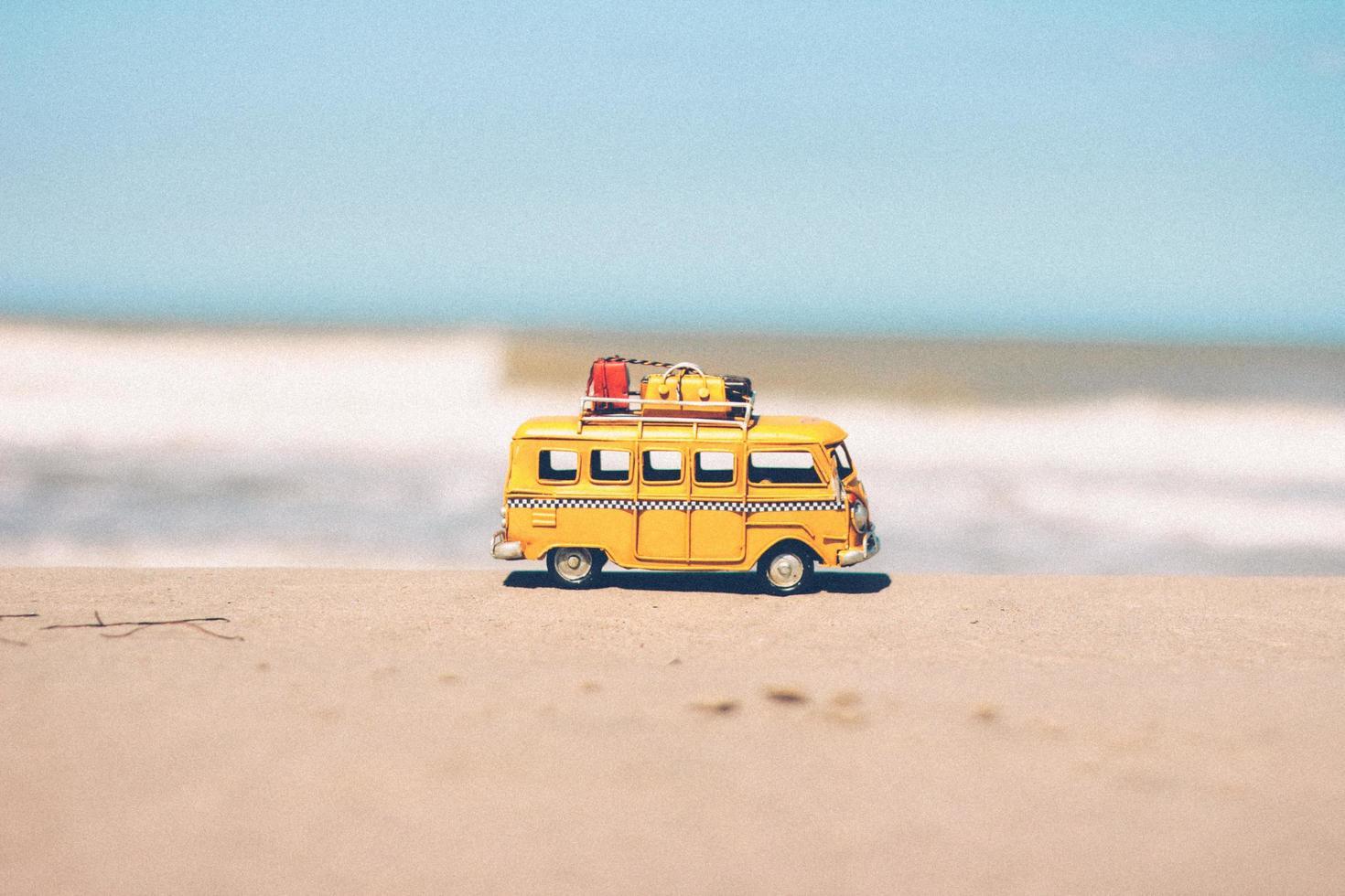 furgoneta amarilla en miniatura foto