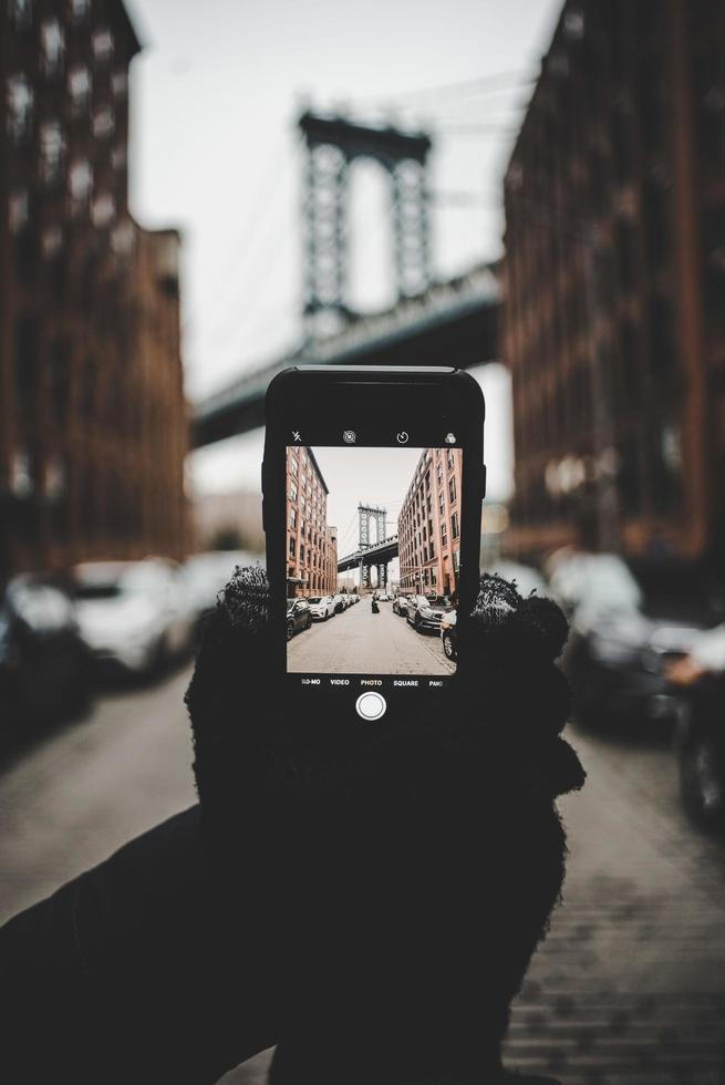 brooklyn, estados unidos, 2020 - persona que toma una foto del puente de brooklyn