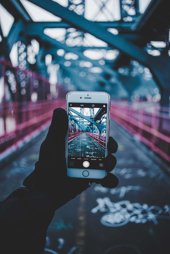 brooklyn, estados unidos, 2020 - persona que toma una foto del puente